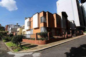 Amplíos jardines y patios hacen parte de la arquitectura de las primeras casas que se conservan en el barrio La Floresta. - Élver Rodríguez/GENTE DE CABECERA