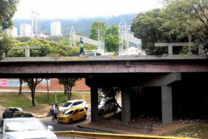 Más de cuatro meses lleva averiada una de las barandas de seguridad en el puente Conucos, tras un accidente de tránsito. - Fabián Hernández/GENTE DE CABECERA