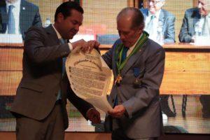 Durante el evento Alberto Montoya fue condecorado por la Gobernación de Santander y la Alcaldía de Bucaramanga. - Suministrada/GENTE DE CABECERA