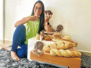 Del emprendimiento de Jenifer también hacen parte su mamá y hermana, quienes le ayudan con el proceso de elaboración de sus productos. - Suministrada / GENTE DE CABECERA