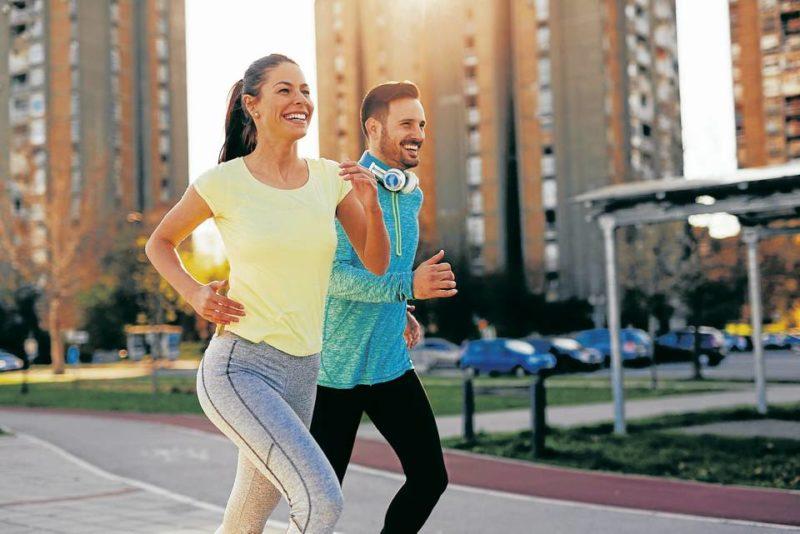 Los especialistas recomiendan alternar la buena alimentación con el deporte - Banco de Imágenes/GENTE DE CABECERA