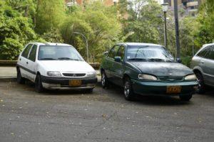 Estos son los dos vehículos que, según los vecinos, permanecen abandonados en el parqueadero del parque hace varios meses atrás. - César Flórez / GENTE DE CABECERA