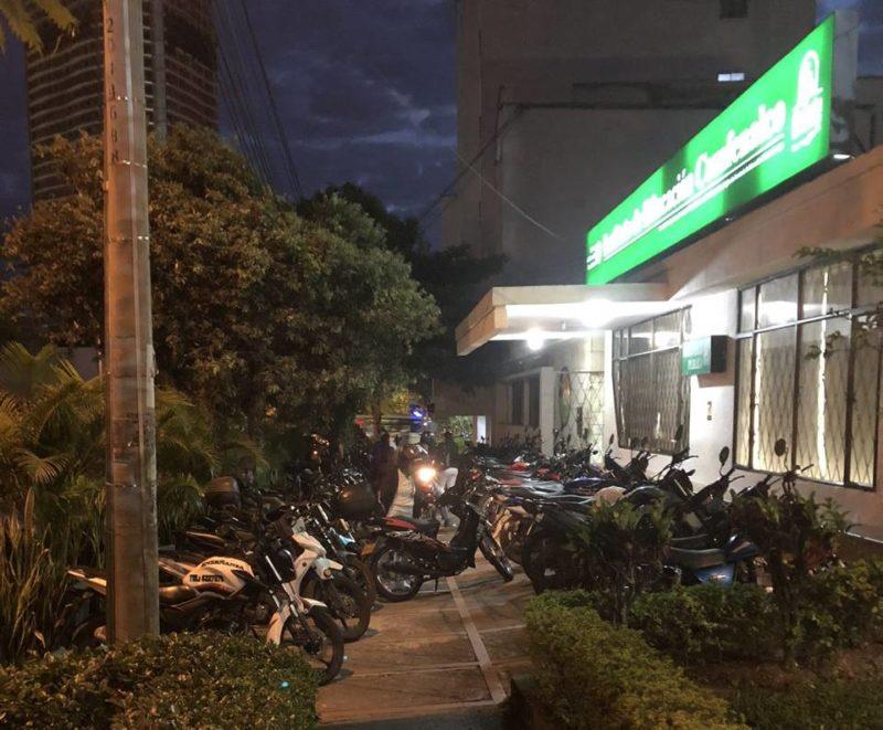 Vecinos del sector aseguran que después de las 6:00 p.m. deben caminar por la calle, pues las motocicletas invaden todo el andén. - Suministrada / GENTE DE CABECERA