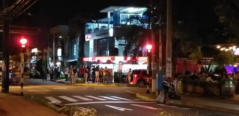 Los vecinos de la calle 52 entre carreras 34 y 35 aseguran que los jóvenes que salen de las discotecas consumen bebidas alcohólicas en los andenes, generando situaciones de inseguridad.  - Suministrada / GENTE DE CABECERA
