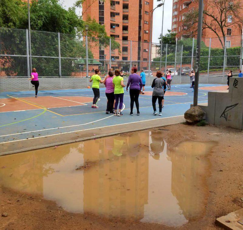 Suministrada / GENTE DE CABECERACada vez que llueve, un gigantesco charco de agua y lodo se forma justo en la entrada de las canchas del parque Los Leones, dificultando el acceso de quienes la utilizan.