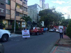 Con vehículos, los residentes y comerciantes de la carrera 35 obstaculizaron el sector demarcado para la construcción de ciclorrutas en señal de protesta. - Suministrada / GENTE DE CABECERA