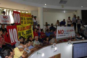 Con carteles en mano, una delegación de comerciantes y residentes de Cabecera y El Prado asisitió al control político sobre el tema en el Concejo de Bucaramanga. - Jaime del Río / GENTE DE CABECERA