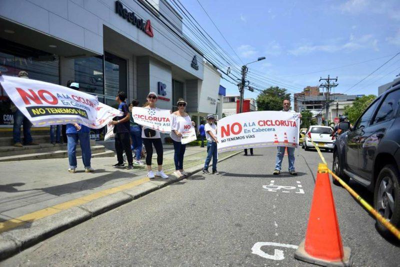 De 11:00 a.m. a 12:30 del mediodía residentes y comerciantes de Cabecera y El Prado se manifestaron en contra de la ciclorruta que pasará por la carrera 35 de Bucaramanga. - Miguel Vergel / GENTE DE CABECERA
