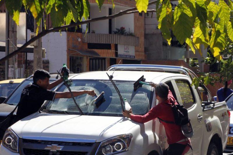 """Los conductores denuncian actitudes violentes cuando se niegan a permitir que les """"limpien"""" sus parabrisas. - Jaime del Río / GENTE DE CABECERA"""