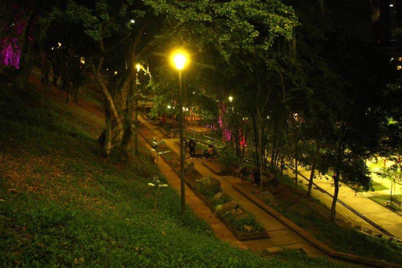 El parque Los Leones es uno de los sitios sobre los que más se quejan los habitantes de Cabecera. Aseguran que transitar por ahí les causa temor por el alto número de consumidores que se observan a diario. - César Flórez / GENTE DE CABECERA