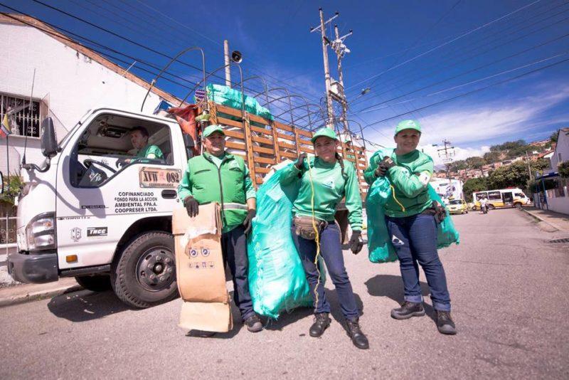 Coopreser es la organización de recicladores que atiende la comuna 12. Puede identificarlos porque sus colaboradores portan su uniforme distintivo de color verde y jean, con sus respectivos logotipos. - Suministrada / GENTE DE CABECERA