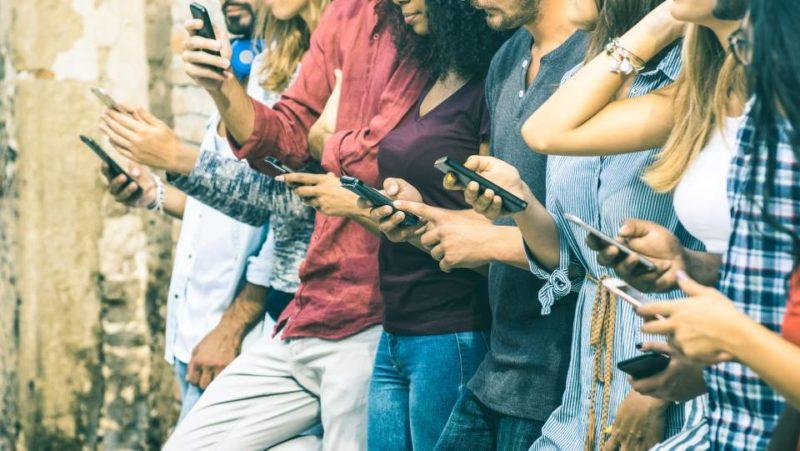 El uso desmedido del celular está acabando con las relaciones personales, sentimentales y hasta laborales. - Banco de Imágenes/Gente de CBECERA