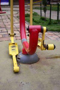 Máquinas oxidadas y desbaratadas es el panorama en la zona de gimnasio al aire libre del parque Los Leones. - Miguel Vergel / GENTE DE CABECERA