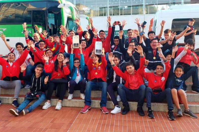 Estudiantes del Semillero de Robótica del Colegio San Pedro Claver de diferentes edades, resultaron campeones de la edición nacional que se realizó en Medellín. - Suministrada / GENTE DE CABECERA