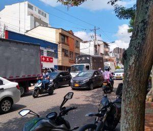 La comunidad asegura que cruzar esta vía se ha vuelto un completo 'desafío', por la alta congestión en ambos sentidos, especialmente en horas 'pico'. - Suministrada / GENTE DE CABECERA