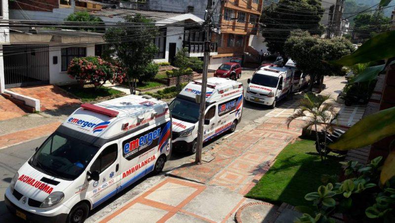 La comunidad asegura que las ambulancias permanecen parqueadas por un buen tiempo, obstaculizando el ingreso y salida de vehículos de los residentes del sector. - Suministradas / GENTE DE CABECERA