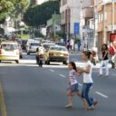 ¡Qué peligro pasar la calle!