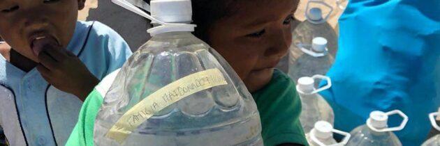 Agua para calmar la sed de los niños de la Guajira